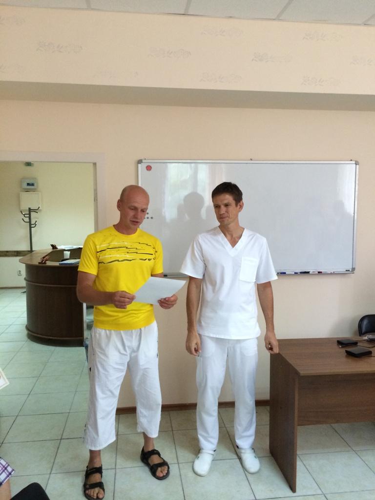 Вручение сертификатов. Слева Катричев А., справа - Хазов О.Э.